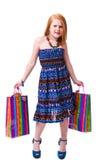 儿童购物。 愉快的方式有购物的一点红头发人女孩 免版税库存图片