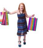 儿童购物。 愉快的方式有购物的一点红头发人女孩 库存图片