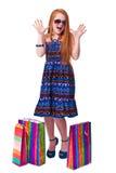 儿童购物。 愉快的方式有购物的一点红头发人女孩 图库摄影