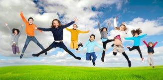 儿童跳跃 免版税库存照片