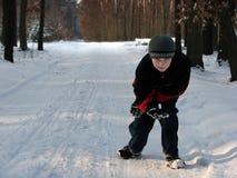 儿童蹲下的森林冬天 免版税库存图片