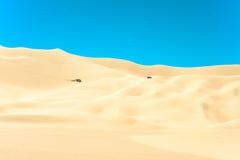 儿童车在沙漠 库存照片