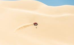 儿童车在沙漠 免版税库存图片