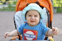 儿童车的纵向愉快的婴孩 免版税库存照片