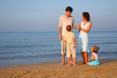 儿童边缘做父母海运身分 免版税库存照片