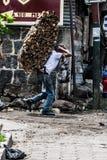 儿童运载的木柴 免版税库存图片