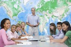 儿童选件类他们的学校教师 免版税库存照片