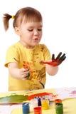 儿童逗人喜爱的手指她的油漆 免版税库存图片