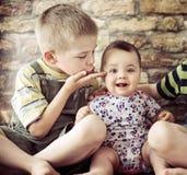 儿童逗人喜爱的纵向二 免版税库存照片