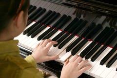 儿童钢琴使用 库存照片