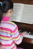 儿童钢琴作用 免版税图库摄影