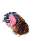 儿童长期查出的啼声头发坐白色 免版税库存图片