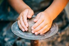 儿童陶瓷工和黏土工艺 库存图片