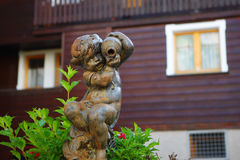 儿童雕象在温泉镇Leukerbad 库存图片