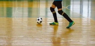 儿童青少年的训练足球futsal室内健身房 有足球的年轻男孩训练室内橄榄球的 免版税库存照片