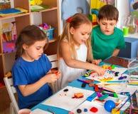 儿童面团戏剧在学校 孩子的彩色塑泥 免版税库存照片