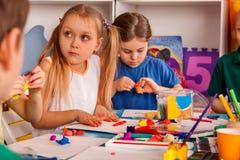 儿童面团戏剧在学校 孩子的彩色塑泥 免版税库存图片