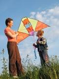 儿童飞行风筝母亲 免版税库存照片