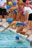 儿童飞跃池种族继电器游泳者 库存照片