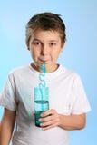 儿童饮用水 免版税库存照片