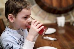 儿童饮用的汁液 免版税库存图片