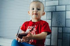 儿童饮用的汁液 免版税库存照片