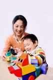 儿童马母亲骑马玩具 免版税库存图片