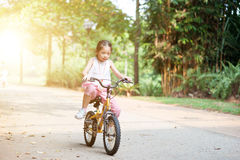 儿童骑自行车室外 免版税库存图片