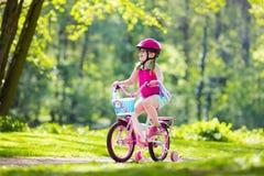 儿童骑马自行车 在自行车的孩子 库存照片