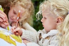 儿童绘和图画和做hadicrafts 免版税图库摄影