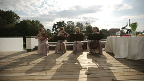 儿童仪器音乐作用四重唱 演奏音乐的三位小提琴手和大提琴手 轻率冒险 股票视频