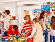 儿童绘画在艺术学校 免版税库存照片
