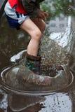 儿童水坑飞溅 免版税库存照片