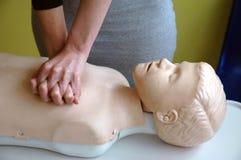 儿童阻塞的胸骨压缩做法 库存照片