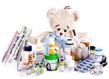 儿童医学和玩具熊。 免版税库存图片