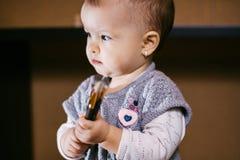 儿童画家 拿着刷子的婴孩手中 免版税库存图片