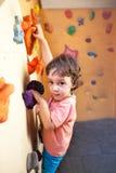 儿童登山人攀登墙壁 免版税库存照片