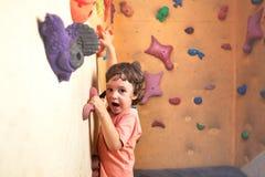 儿童登山人攀登墙壁 图库摄影