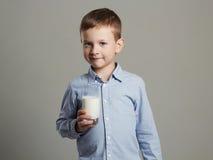 儿童玻璃牛奶 小男孩享用牛奶鸡尾酒 健康寿命 免版税库存照片