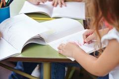 儿童画的手 免版税库存照片