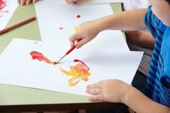 儿童绘画的手 免版税库存照片