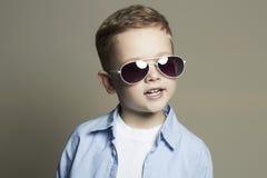 儿童滑稽微笑 太阳镜的时兴的小男孩 免版税库存图片