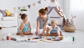 儿童` s创造性 在戏剧的母亲和儿童凹道油漆 库存照片
