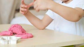 儿童` s创造性 孩子形成从颜色测试的图在桌关闭  逗人喜爱的幼稚彩色塑泥 影视素材