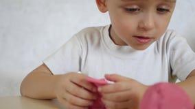 儿童` s创造性 孩子形成从颜色测试的图在桌,特写镜头 照相机的运动 股票录像