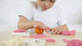 儿童` s创造性 孩子形成从颜色测试的图在桌,特写镜头 股票视频