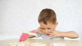 儿童` s创造性 孩子形成从颜色测试的图在桌 逗人喜爱的幼稚彩色塑泥形象 影视素材