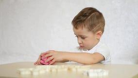 儿童` s创造性 孩子形成从颜色测试的图在桌 逗人喜爱的幼稚彩色塑泥形象 股票视频