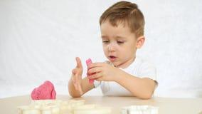 儿童` s创造性 有udovlstviem的孩子形成从颜色测试的图在桌 逗人喜爱的儿童` s 影视素材