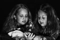 儿童` s友谊 童年和幸福概念 有感兴趣的面孔的孩子 库存图片
